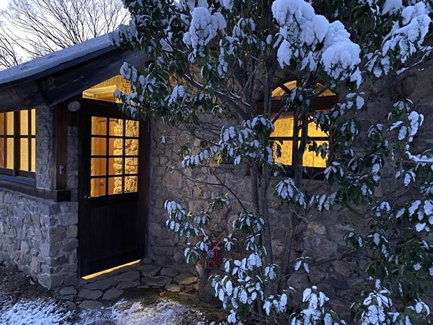 石積みの家、雪の朝