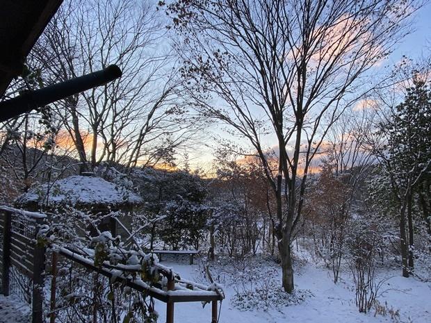 石積みの家、雪の日の朝焼け