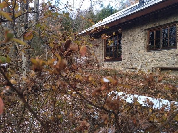 石積みの家に初雪