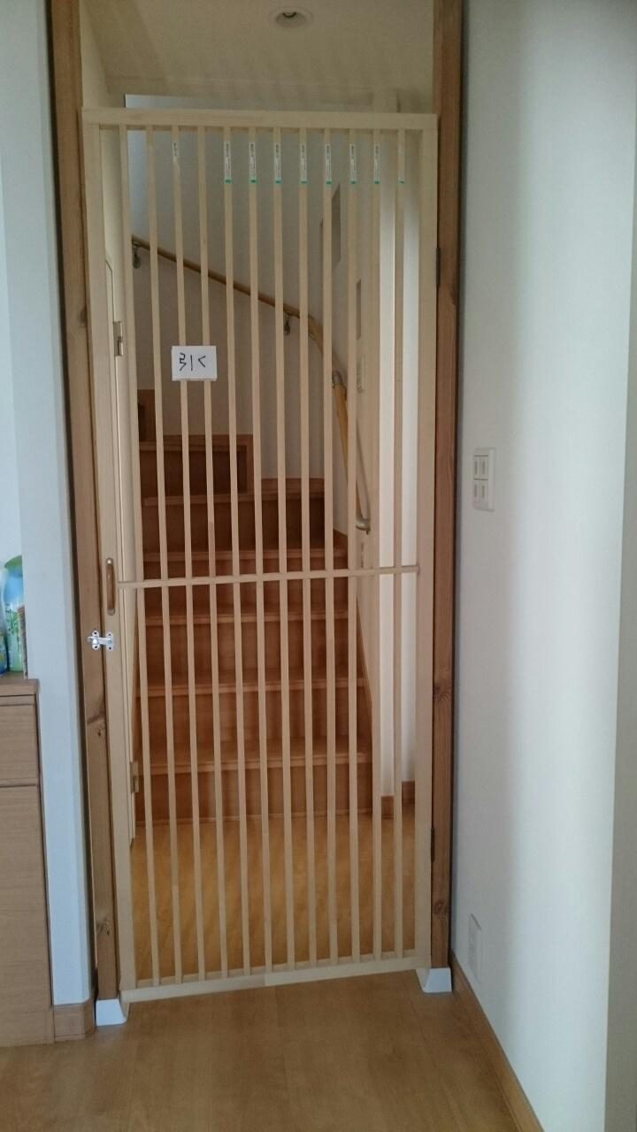 保護主さん宅での階段下対策(ディアウォールと木枠)