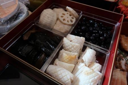松かさイカ、酢バス、菊花カブ、黒豆、昆布巻き