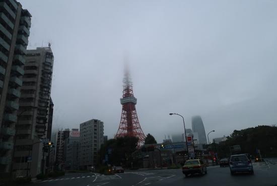 霧に隠れる東京タワー