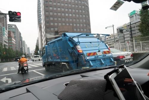 ゴミ収集車とパトカー