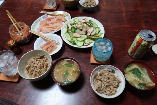 舞茸の炊き込みご飯、白菜と揚げの味噌汁、鶏ささみ燻製とキュウリ、岩下の新生姜、ずいきの岩下汁漬け