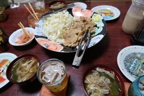 生ずいきと豚肉の西京漬け焼き、白菜千切り、生ずいきの岩下汁漬け、舞茸と揚げの味噌汁