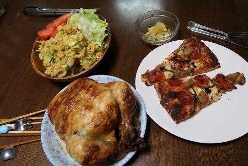 鳥の丸焼き、サツマイモのサラダ、ピザ