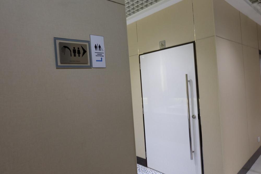 2019-05-07 Ambassador Transit Lounge T3 03 シャワートイレ