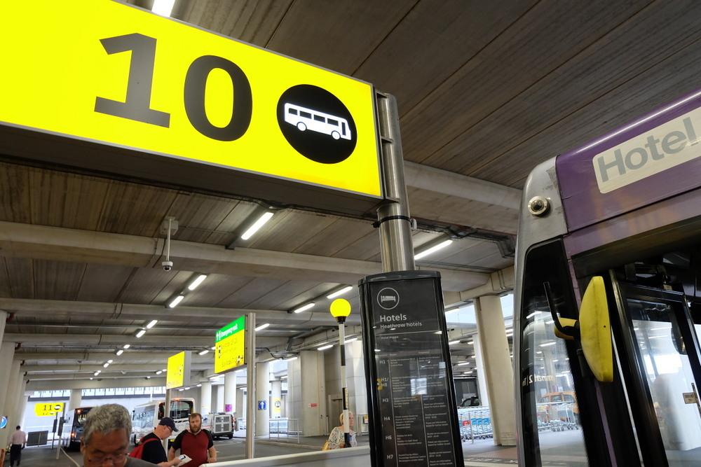 2019-08-04 MOXY London Heathrow Airport 09 Hoppa Bus ヒースローの到着乗り場