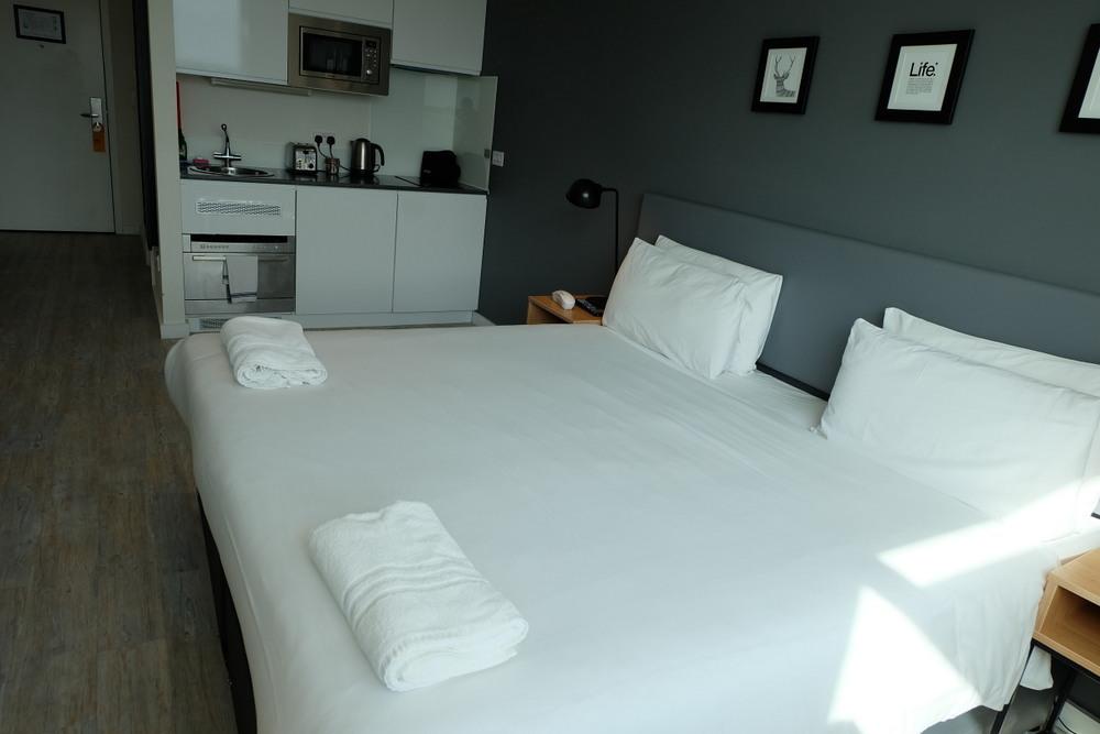 2019-08-10 StayCity Hotel 05 ベッドとミニキッチン