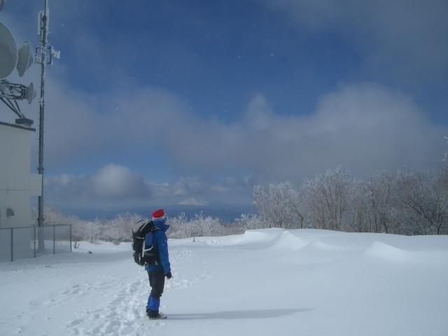 山頂で霧氷に見入る男ひとり