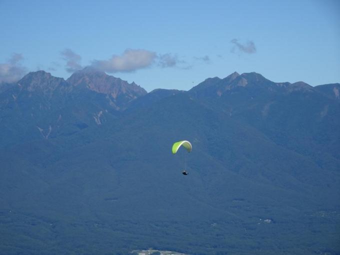 八ヶ岳を背景にパラグライダー
