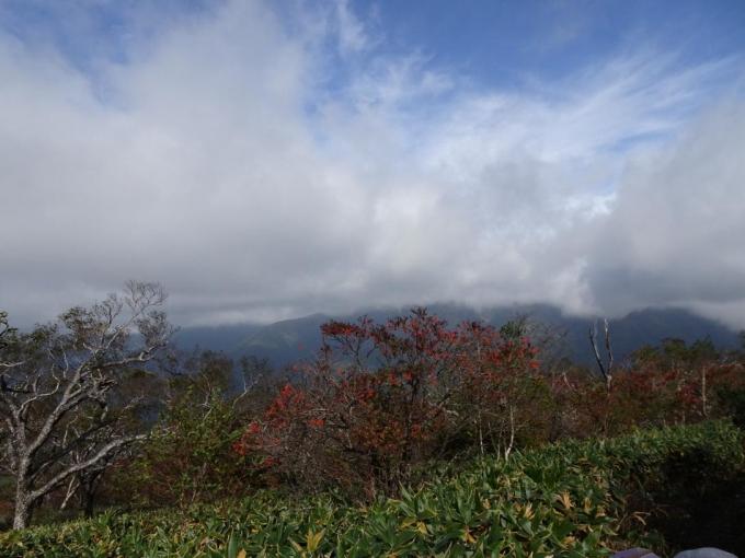 まだ爆風、山並みは雲