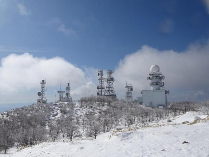 霧氷と鉄塔群