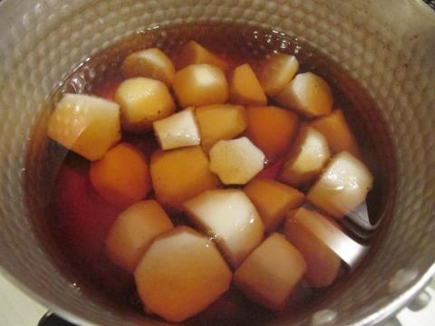 里芋を煮る1