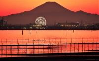 富士山を背に朱色に染まる3番瀬