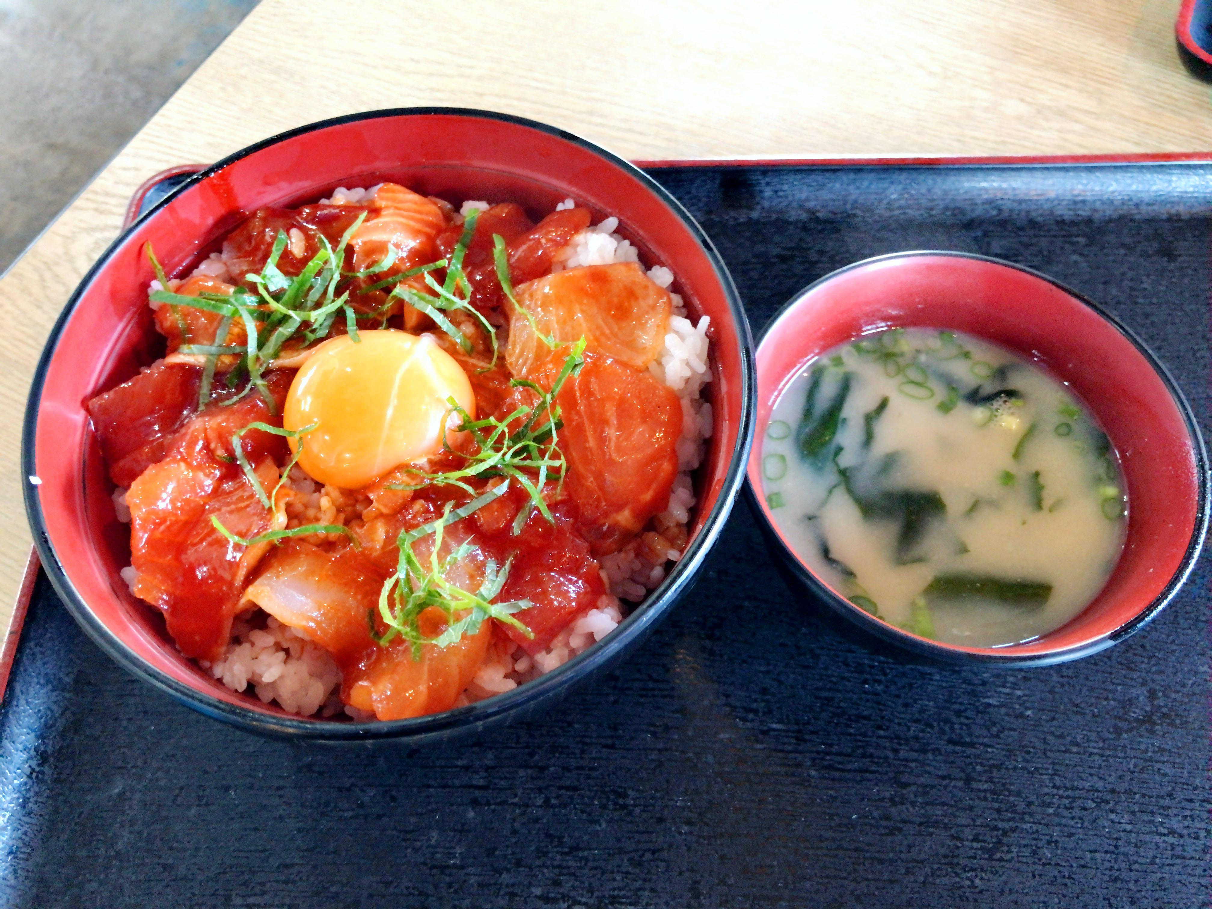 ピリ辛海鮮丼 800円