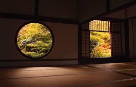 屋外の四季を感じられる額縁の様な窓