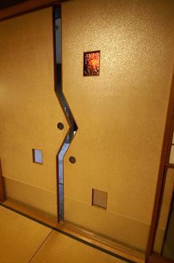 和室から見た同じ建具。銀振り和紙貼。