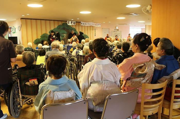 日本舞踊の人たちも待機しています 1 9 14
