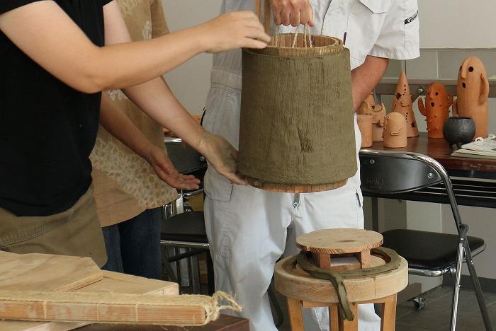 桶から瓦の粘土を外す 1 9 11