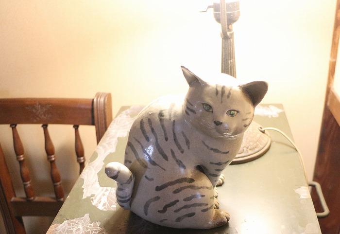 てつやテーブルの上に猫の置物 1 9 17