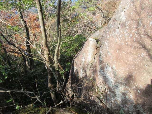 IMG0064JPG589Pの岩峰取り付登れない巻き道あり