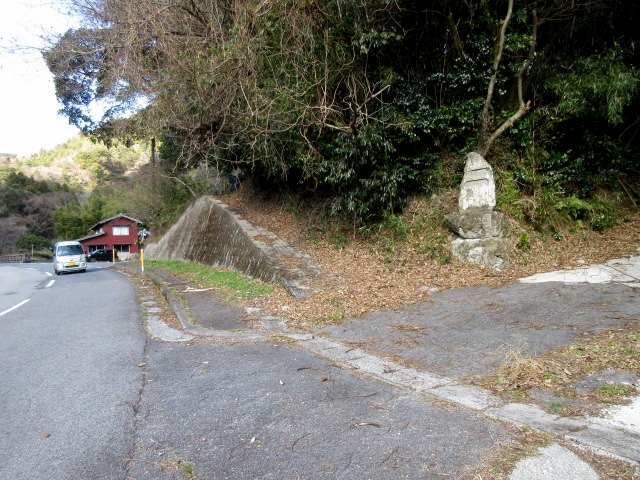 IMG0040JPG石碑のある稲川登山口に下りる