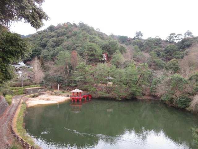 IMG0068JPG池と稲荷山