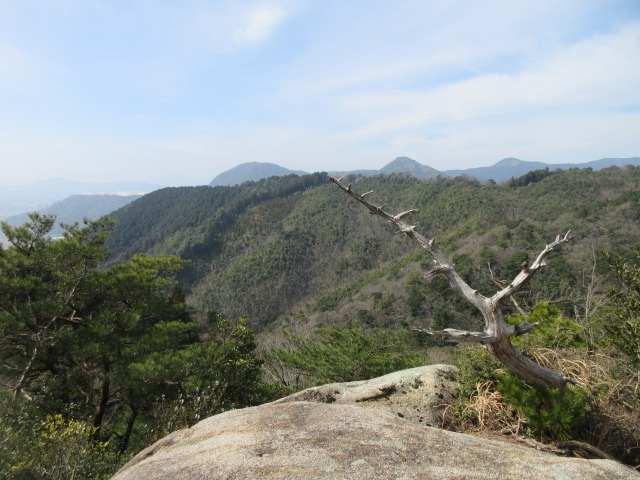 IMG0020JPG岩上より宮原コース尾根の向こうに香春岳
