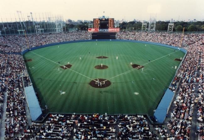 神宮球場歴史 1980年 透水性人工芝敷設