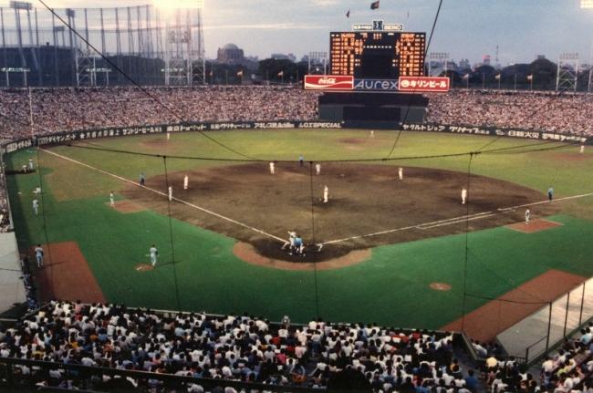 神宮球場歴史 1980年 ファウルグランド人工芝敷設