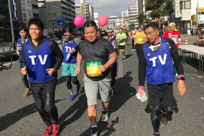 大阪マラソン 30kmで無念リタイアしたブラックマヨネーズ小杉竜一(中央)伴走する武井壮(左)高尾憲司コーチ(右)