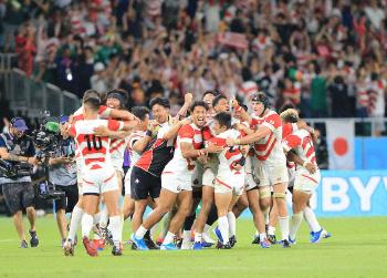 勝利に喜ぶ日本代表