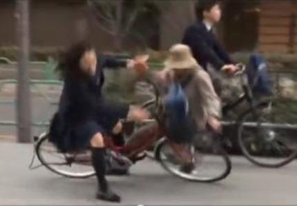 スマホを見ながら自転車に乗っていた高校3年生の女子生徒、77歳のボランティア男性に衝突、重過失傷害の疑いで女子生徒を書類送検へ … 男性は意識不明の状態から回復後、意思の疎通が不可能になり今も入院中