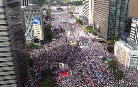 ソウルで保守系野党や市民団体が文在寅大統領やチョ・グク法相の打倒を訴える大規模集会を開催 … 最大野党・自由韓国党は「参加者数は300万人以上だった」と強調