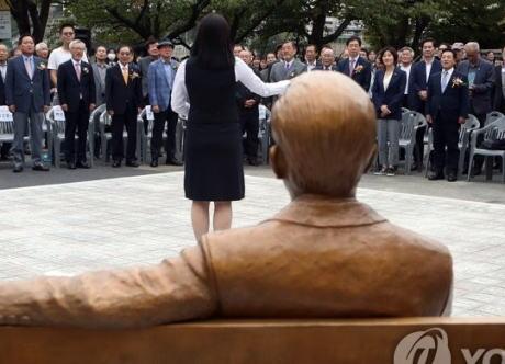 日本でも好事家に面白大統領として人気があった韓国・廬武鉉(ノムヒョン)大統領、逝去10周年を迎え母校で銅像として復活(画像)