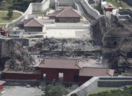 沖縄タイムス「全焼した首里城に対して政府与党が異例のスピード対応、選挙で苦戦を強いられている沖縄で、県民の理解を引き出したい思惑が滲み出ている」