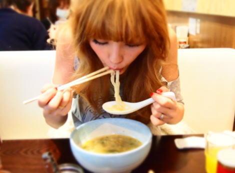 タピオカ店脅迫のママタレ・木下優樹菜(31)の箸の使い方がヤバ過ぎると話題に(画像) … 「二人羽織で食事してるみたい」「子どもの前でもこんな食べ方してるのか…」