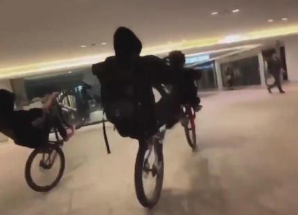 南海なんば駅の駅ビル内を自転車6台で暴走する動画、グループ最年長の40代男「ビル内をウイリーして走っただけ。それが社会問題なのか」「僕らがやりたいのは自転車の競技人口を広げたいだけ」