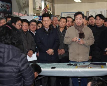 韓国・浦項市の震度4の震災から2年、いまだに体育館で暮らす被災者を李洛淵首相が視察 … 一部の被災者は首相一行に大きな声で罵声を浴びせる