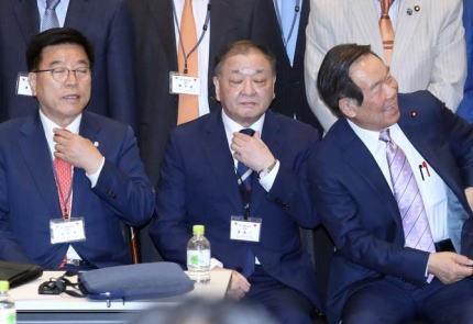 韓国の日韓議員連盟会長・姜昌一氏、東京で開かれた新年会にて「GSOMIA・輸出管理・徴用工問題を同時に解決する案を提案した。被害者が要求するのは謝罪する事だ。賠償問題はその後だ」