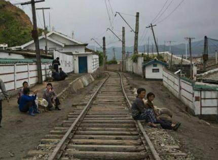 朝日新聞 「鉄道開通から120年を迎えた韓国、『鉄道は日帝の残滓で植民地支配の傷痕だ』と、幹線の大改修が進む。列車の通過毎に線路脇の家が揺れていた元教員も80年ぶりの静寂にニッコリ」