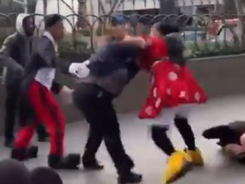 米ラスベガスの路上で、ディズニーキャラのミニーマウスの着ぐるみを着た女と警備員がガチファイト、警備員をマウントパンチでフルボッコにする(動画) … 地面にミッキーとミニーの頭部が転がる中、殴り合いは続く