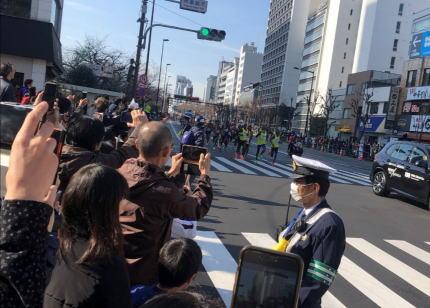東京マラソン主催者「集まってしまった。『観戦はお控えください』と声かけを行ったのに」 … 沿道に7万2000人の観衆、ツイッター上には「めちゃおるやん」「結構いるね」「応援を禁止にするべき」などの投稿