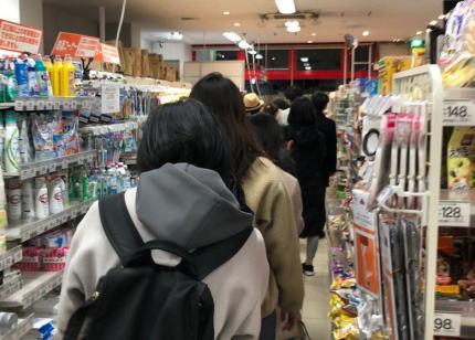 小池都知事の会見直後からスーパーマーケットに多くの客が殺到、早くも買い溜めが始まってしまう … 「パニック買い占め怖い」「『買い占め』や『買い溜め』ではなく、必要な分だけの購入を心がけよう」