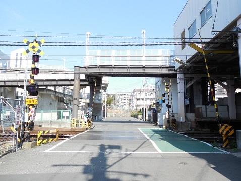 京急本線の京急新子安第1踏切道@横浜市神奈川区a