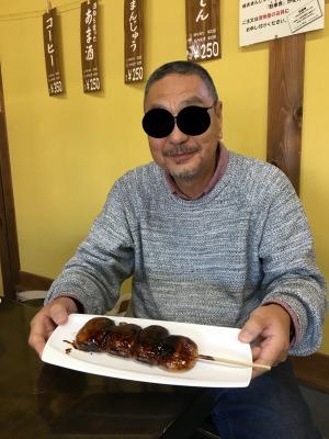 観音様のお茶屋さんで団子食す