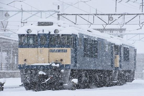 2020年3月29日撮影 南松本にて雪が降る中のEF64-1025号機