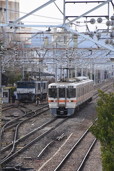 2020年2月22日撮影 南松本にて西線貨物8084レ 機回し 313系1700番並び