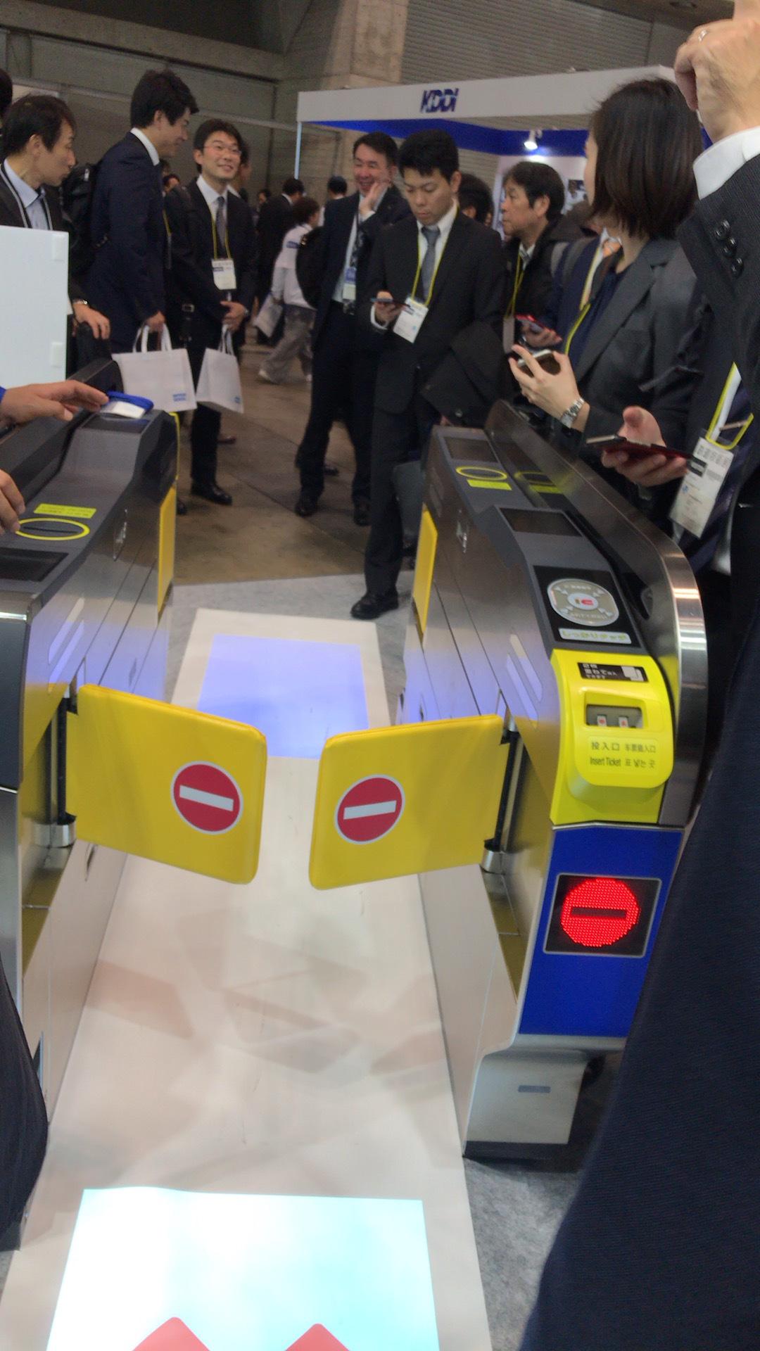 自動改札機の床面ディスプレイ表示です。